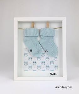 Ingelijste babysokjes met naam (blauw)