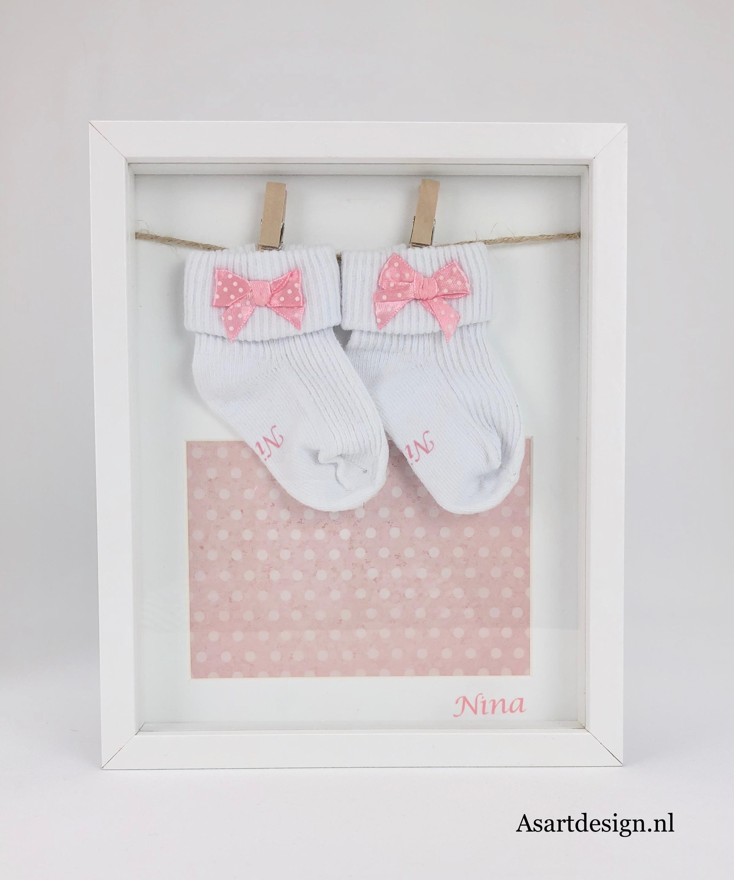 Ingelijste babysokjes met naam (wit)