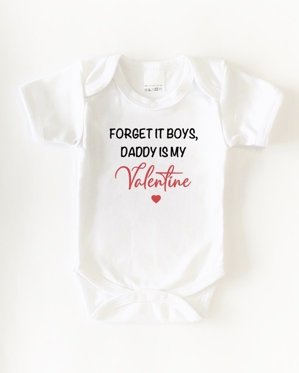 "Romper ""Forget it boys, daddy is my valentine'zwart of wit"